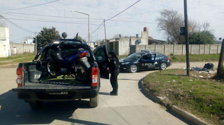 La policía secuestró la moto que había sido robada por los jóvenes delincuentes.