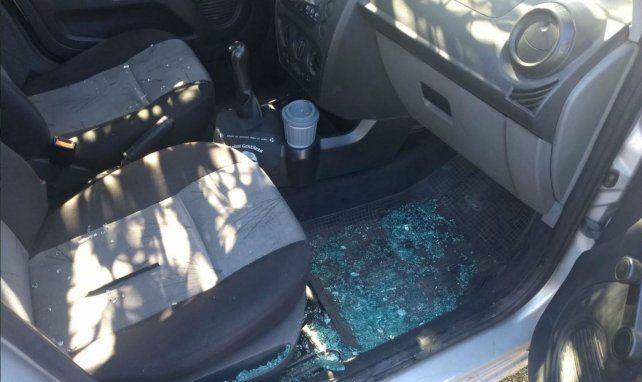 Así quedó el auto del equipo periodístico tras ser asaltado por delincuentes.