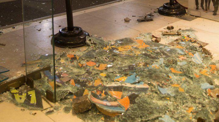 Los atacantes hicieron destrozos y dejaron pintadas.