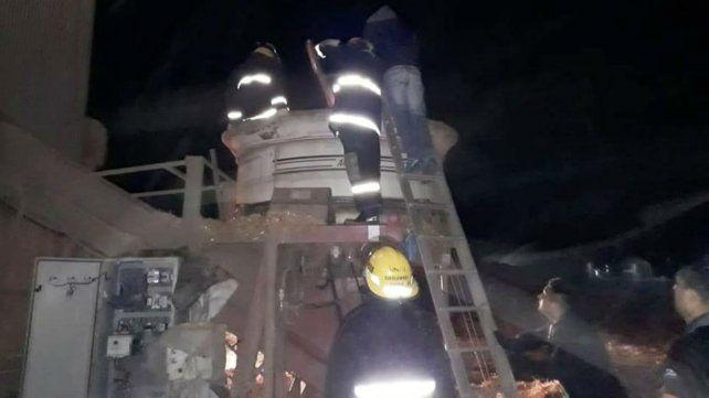 Bomberos de la región trabajan en el lugar del trágico accidente.