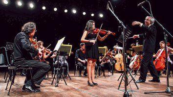 El maestro Fernando Ciraolo en una de las actividades de la Orquesta de Cámara con jóvenes talentos.