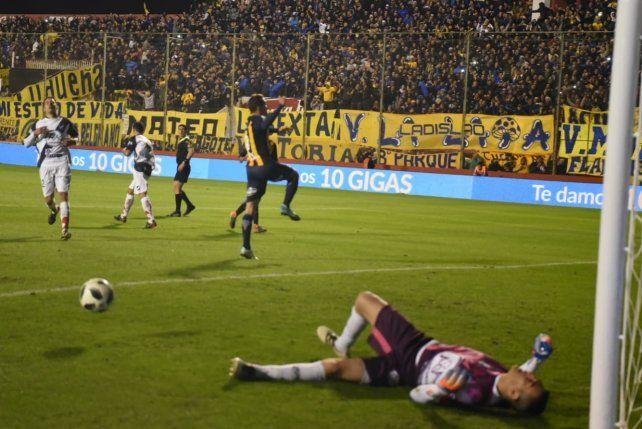 Marco Ruben ya derrotó al arquero salteño desde los doce pasos y festeja el 1-0.