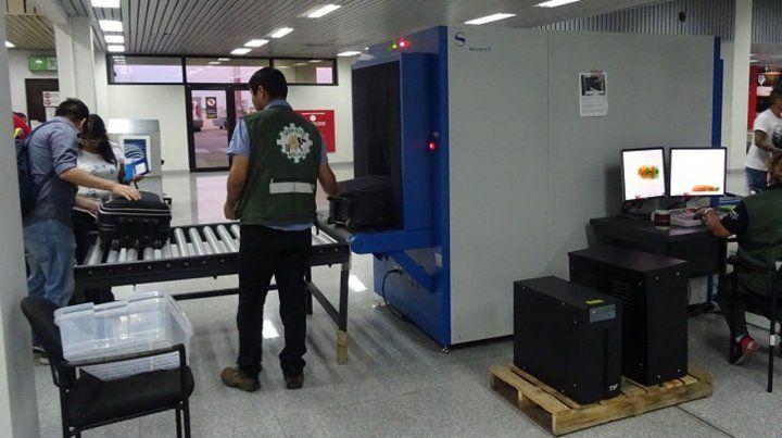 Una docente rosarina revisada en el aeropuerto por llevar bibliografía dudosa