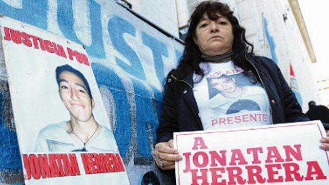 Reclamo. La madre de Jonatan frente a los Tribunales rosarinos.