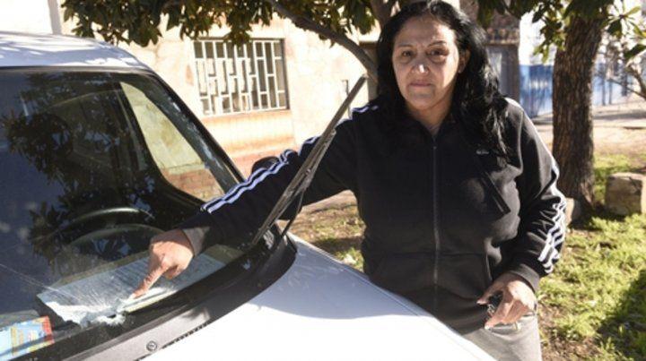 Impacto en el parabrisas. Claudia Fernández dio muestras de la balacera.