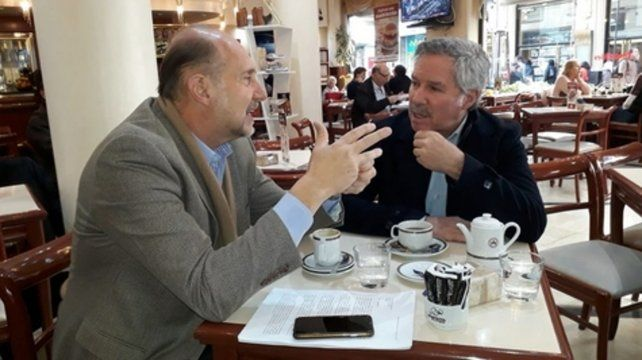 Encuentro y un café. Perotti y Solá compartieron el duro diagnóstico sobre la situación económica.