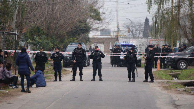 Efectivos policiales custodian el lugar donde se produjo el tiroteo en zona norte.