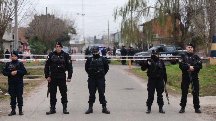Efectivos policiales custodian el sector donde se produjo el sangriento tiroteo esta mañana.