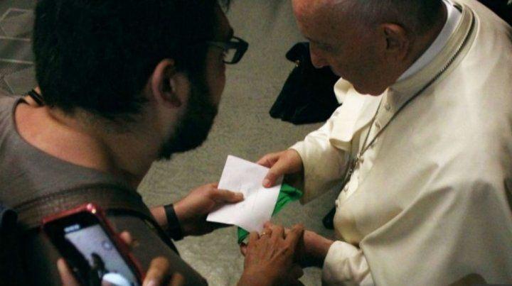 El Vaticano tildó de regalo trampa el pañuelo verde del aborto entregado al Papa por un estudiante argentino