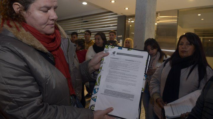 Una de las madres de las chicas afectadas muestra el contrato firmado con la empresa.