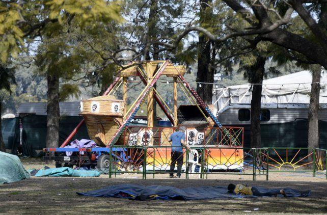 Hace diez días se habilitó de manera provisoria un parque de diversiones con gusano loco y un barco de La Vuelta al Mundo en Ovidio Lagos y Presidente Perón.