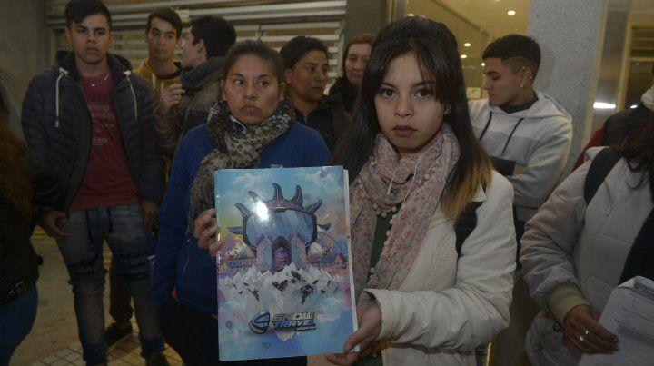 Indignados. Alumnos y padres damnificados protestaron anoche ante la empresa