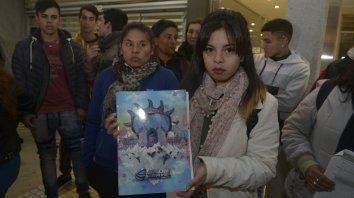 Indignados. Alumnos y padres damnificados protestaron anoche ante la empresa, en Tucumán al 1400.