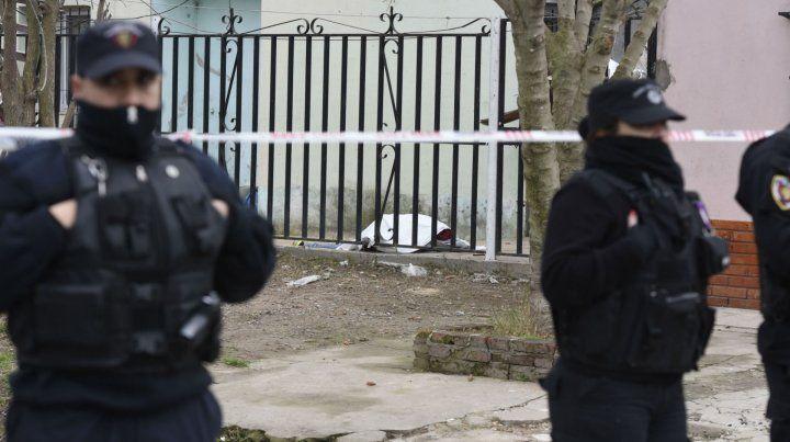 El cuerpo sin vida de Mukeño quedó tirado en el palier de ingreso de una casa vecina al súper.