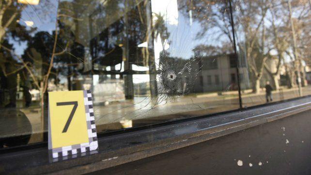 La PDI marcó uno de los ocho impactos de bala que dieron sobre el sector de calle Rueda.
