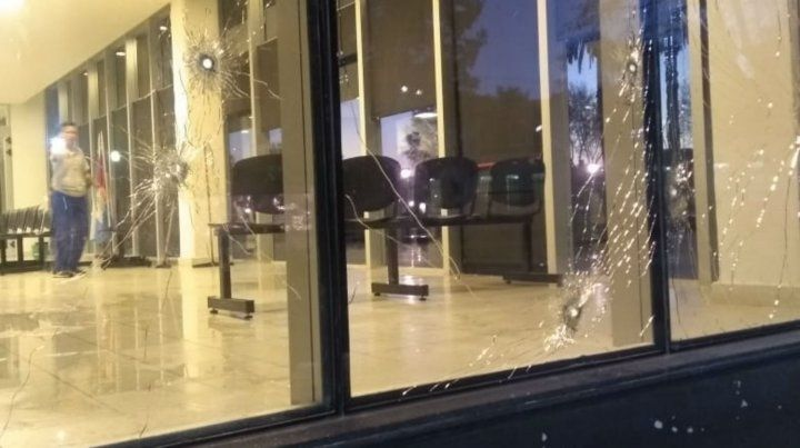 Vidrios perforados por los plomos en el Centro de Justicia Penal.