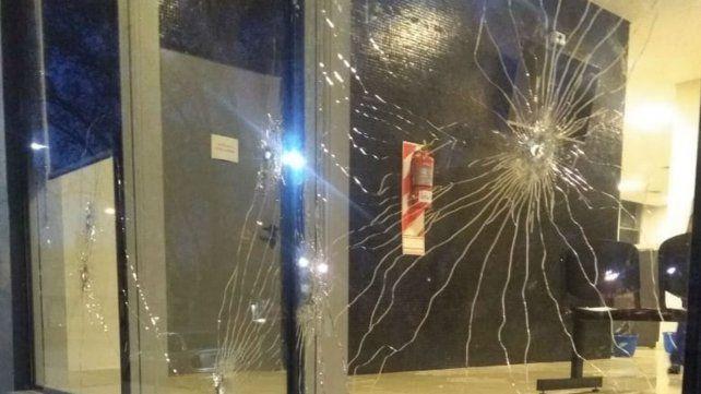 Cristales perforados por las balas en el Centro de Justicia Penal.