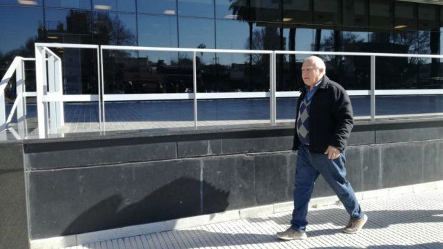 El gobernador llegando esta mañana al Centro de Justicia Penal.
