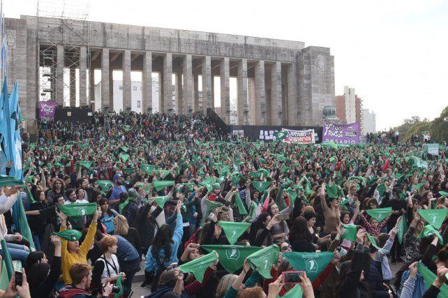 El Monumento se tiñó de verde con el último pañuelazo a favor del aborto