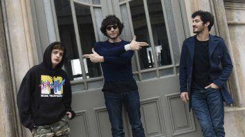 Luis Ortega (en el centro) juega a apuntar a los protagonistas, Lorenzo Ferro y el Chino Darín, durante su visita a Rosario para promocionar la película.