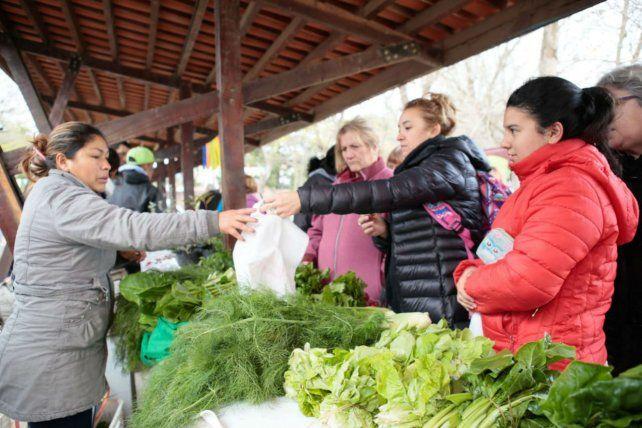 De compras. Los visitantes adquirieron productos agroecológicos.