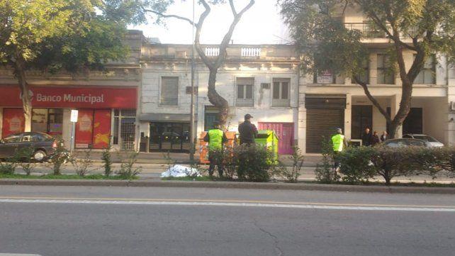 El cuerpo del ciclista yace sin vida en la avenida.