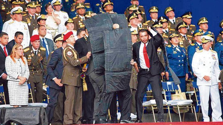 Escudos. La custodia de Maduro lo cubre con paneles antibalas. La imagen  no se vio por cadena nacional