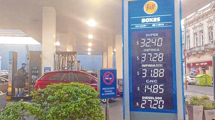 Hacia arriba. YPF activó ayer un aumento en el precio de las naftas de entre 4