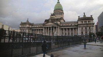 Divididos. Para evitar choques entre los que apoyaban y rechazaban la ley, para el debate en Diputados se cercó con vallas la plaza del Congreso.