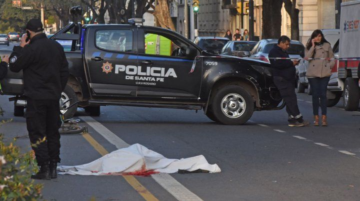 El cuerpo sin vida del ciclista quedó tendido en la avenida.