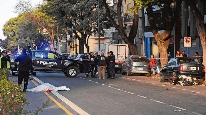 En plena avenida. El cuerpo tirado en el piso durante las pericias.