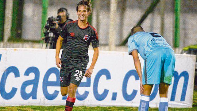 Pura felicidad. Bíttolo celebra con una sonrisa su gol. Laumann sufre.