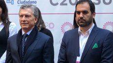 El director ejecutivo de Poder Ciudadano, Pablo Secchi, con el pañuelo verde y en la foto junto a Macri.