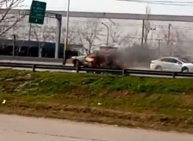Un auto quedó envuelto en llamas en Circunvalación y Sorrento.