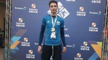 En lo alto del podio. Brian posa con el oro al cuello, tras alcanzar 6,06 metros en salto en largo en San Pablo.