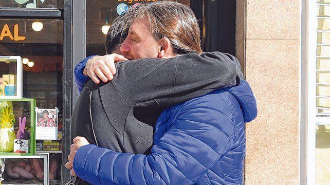 El papá del nene (izquierda) abraza a uno de los vecinos que le salvó la vida.