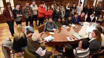 Reunión. Padres, alumnos y funcionarios, ayer, en el Concejo.