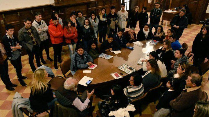 En el Palacio Vasallo. María Eugenia Schmuck y Martín Bulos conpadres y alumnos damnificados por la quiebra de la empresa estudiantil.