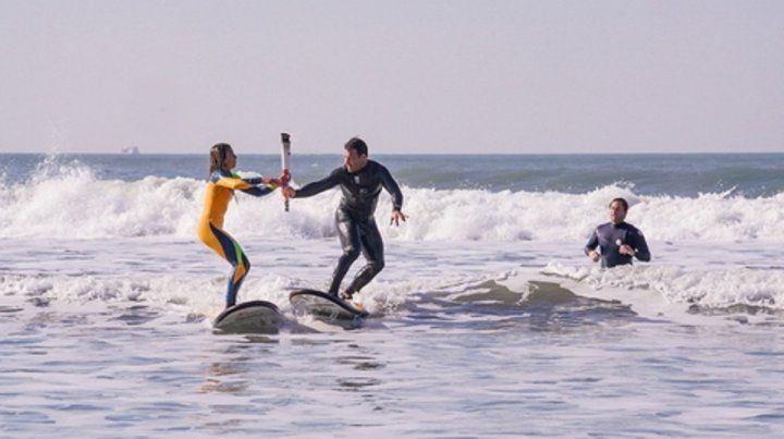 Entre las olas. La antorcha pasó por las manos de los surfistas de Mar del Plata.