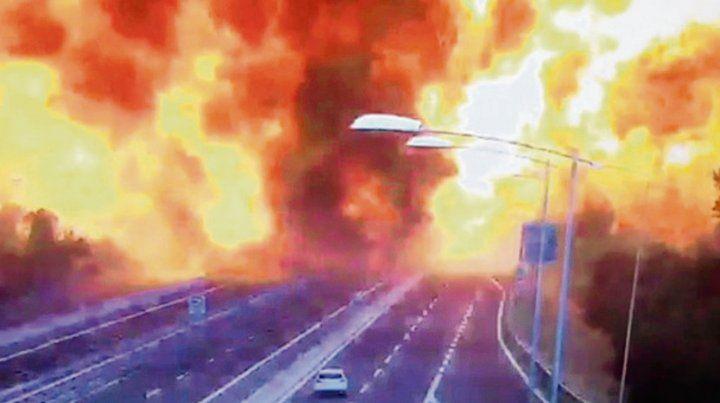 Pavoroso. El camión cisterna estalla y provoca una enorme bola de fuego.