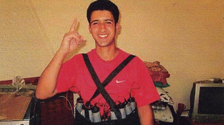 Fanático. Uno de los terroristas se muestra con un chaleco explosivo. El índice arriba