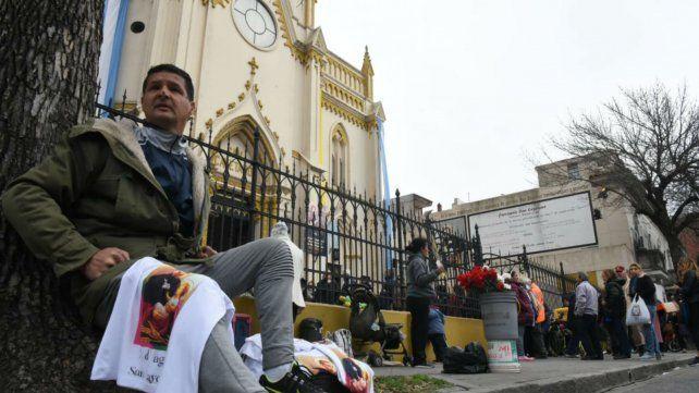 Los fieles llegan a la iglesia para pedir y agradecer a San Cayetano.
