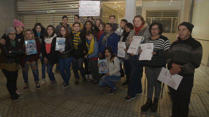 Un grupo de los estudiantes que fueron afectados por la quiebra de la empresa.