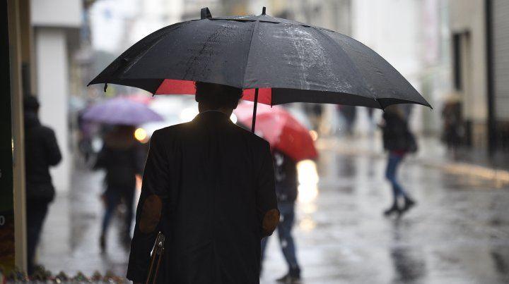 Llegó la lluvia a Rosario y se espera que luego del viento baje la temperatura. (Foto de archivo)