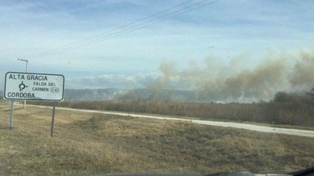 Alta Gracia. La sequía y el fuerte viento avivaron ayer las llamas.