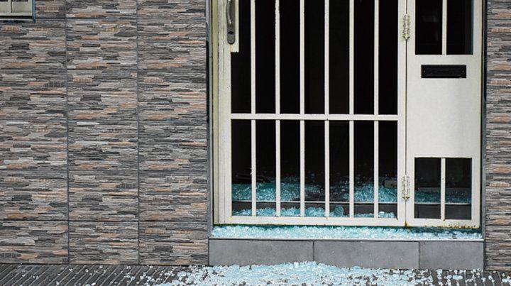 Sin balas. Al parecer la puerta del edificio de Roca al 1900 se rompió sola.