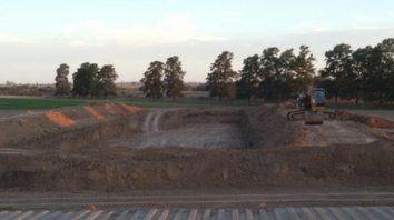 Repudio. La construcción de la cava para depositar desechos industriales.