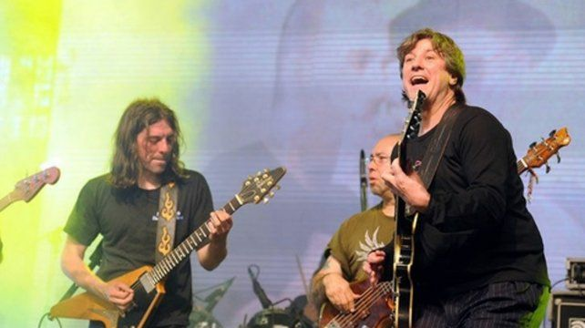 Guitarreando. Boudou despuntaba su vicio rockero como invitado de la banda La Mancha de Rolando.