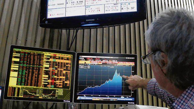 Inquietud. El mercado accionario experimentó una baja ayer.