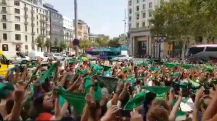 Pese a la lluvia, verdes y celestes acampan frente al Congreso  en la previa del debate